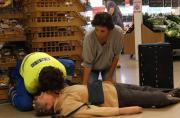 Bewusteloze supermarktbezoeker zonder ademhaling