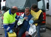 EHBO´ers verzorgen slachtoffer met chemische brandwonden
